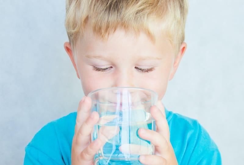 Quanta acqua devono bere i bambini