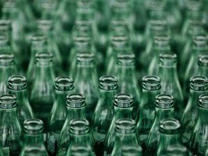 meglio acqua in bottiglia di vetro o di plastica