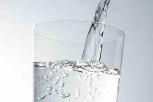 5 motivi per bere acqua a digiuno