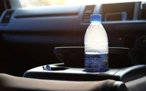 bottiglia di acqua in auto Posso bere l'acqua rimasta in macchina?