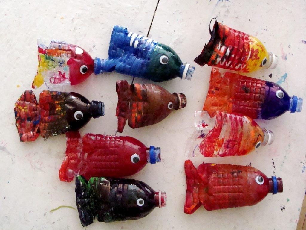 riciclare le bottiglie di plastica con i bambini