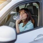 bere acqua aiuta a guidare meglio
