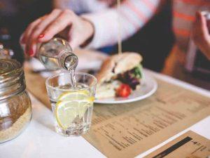 Bere acqua durante i pasti fa male?