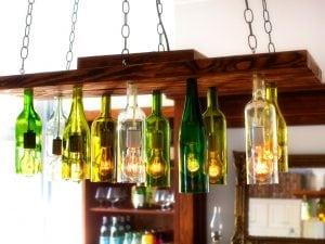 lampadario di bottiglie di vetro riciclate