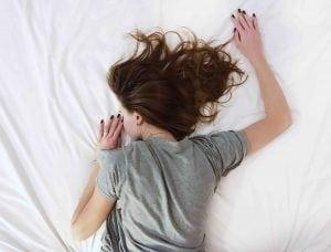 Alimentazione e sonno- bere acqua aiuta a dormire meglio