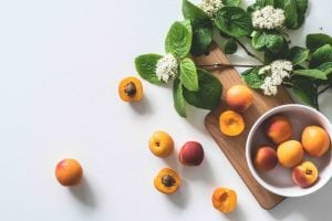 Frutta e verdura di stagione spesa di giugno albicocche