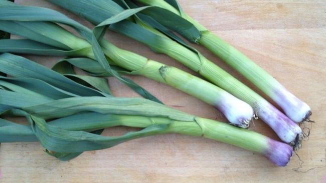 Frutta e verdura di stagione spesa di maggio aglio fresco
