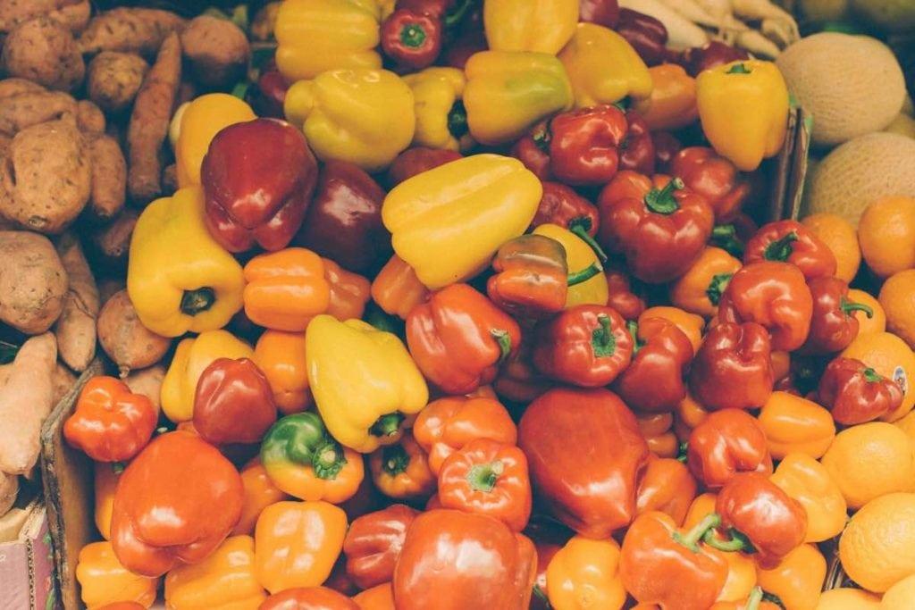 Frutta e verdura di stagione spesa di luglio peperoni