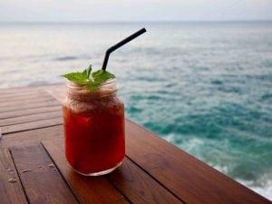 Cosa bere in estate per idratarsi correttamente acqua aromatizzata