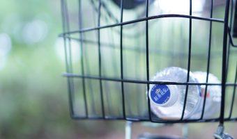 L'acqua in bottiglia di plastica si può conservare all'aperto?