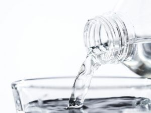Bere acqua scaduta è pericoloso?